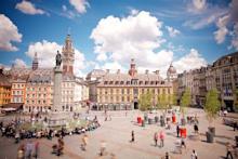 Grand Place de Lille avec ciel bleu en été